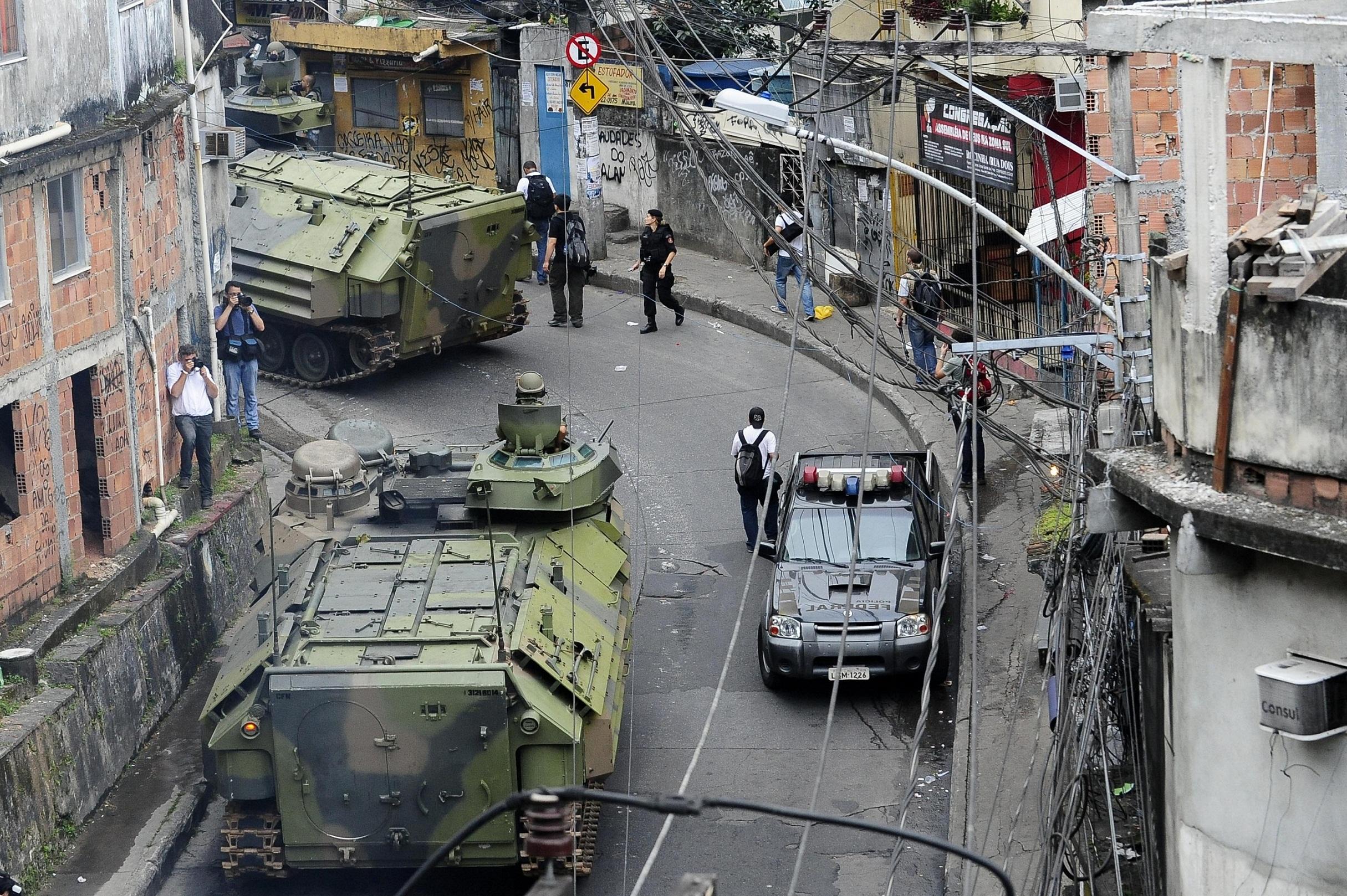Polizia nella favela